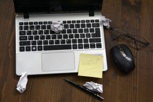 Laptop mit Postit Hilfe